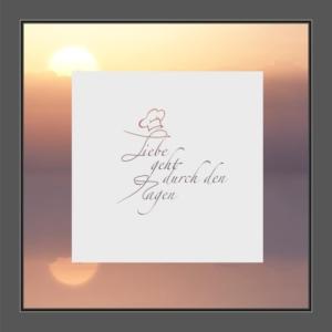 Motiv Kochmütze sowie der Text: Liebe geht durch den Magen auf Fensterfolie
